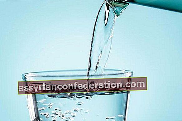 Bere acqua calda si indebolisce?